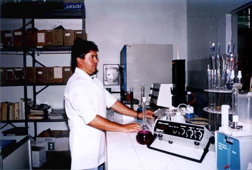 Laboratório do Dequi. Execução de análise. Trabalho laboratorial. Dosagem analítica.