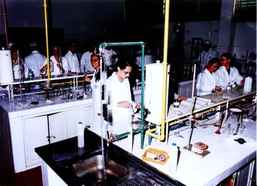 Aula de química analítica da graduação no laboratório de ensino da Faculdade