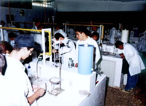 Aula de química analítica do Cotel no laboratório de ensino da Faculdade - Faenquil.