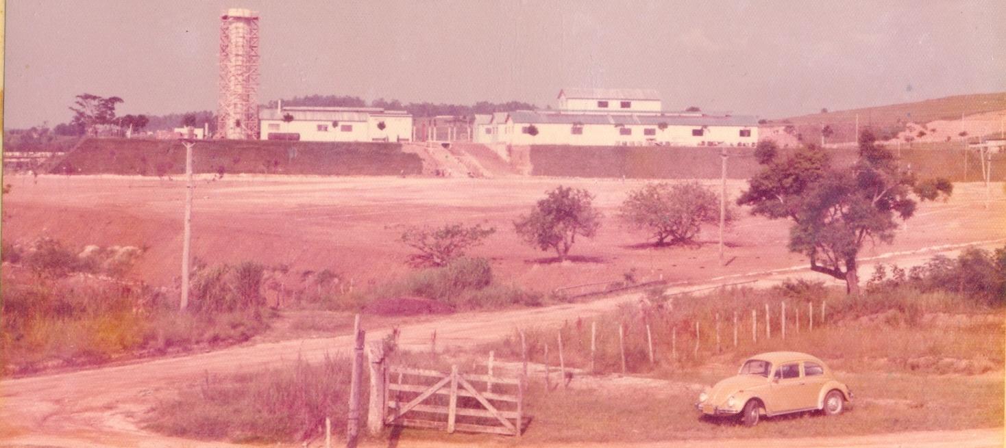 Vista da frente e lateral do prédio da Faculdade