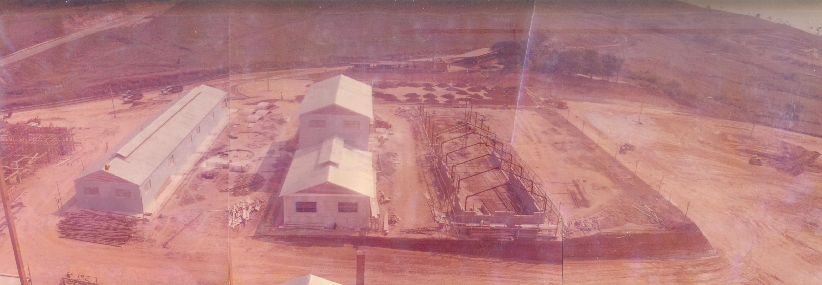 Vista da frente do prédio da Faculdade. Pátio da frente da Faculdade.