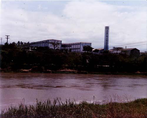 Lateral dos prédios da Faculdade; margem do rio paraíba