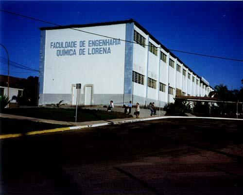Lateral e frente do prédio da faculdade com o nome da Faculdade de Engenharia Química de Lorena