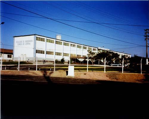 Frente e lateral do prédio da faculdade com o nome da Faculdade de Engenharia Química de Lorena
