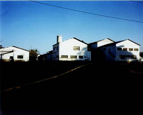 Laterais dos prédios dos laboratórios do Departamento de Química - Dequi e do prédio da seção de compras